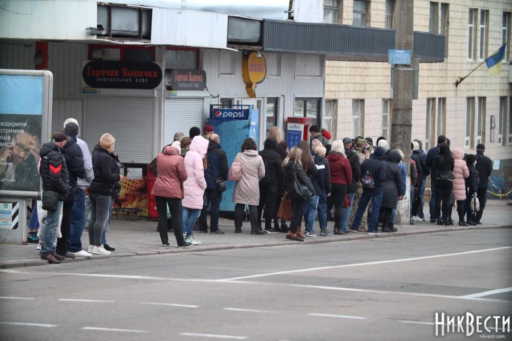 Транспортный локдаун в Николаеве: тысячи людей остались на остановках после завершения разрешенного времени работы общественного транспорта 1