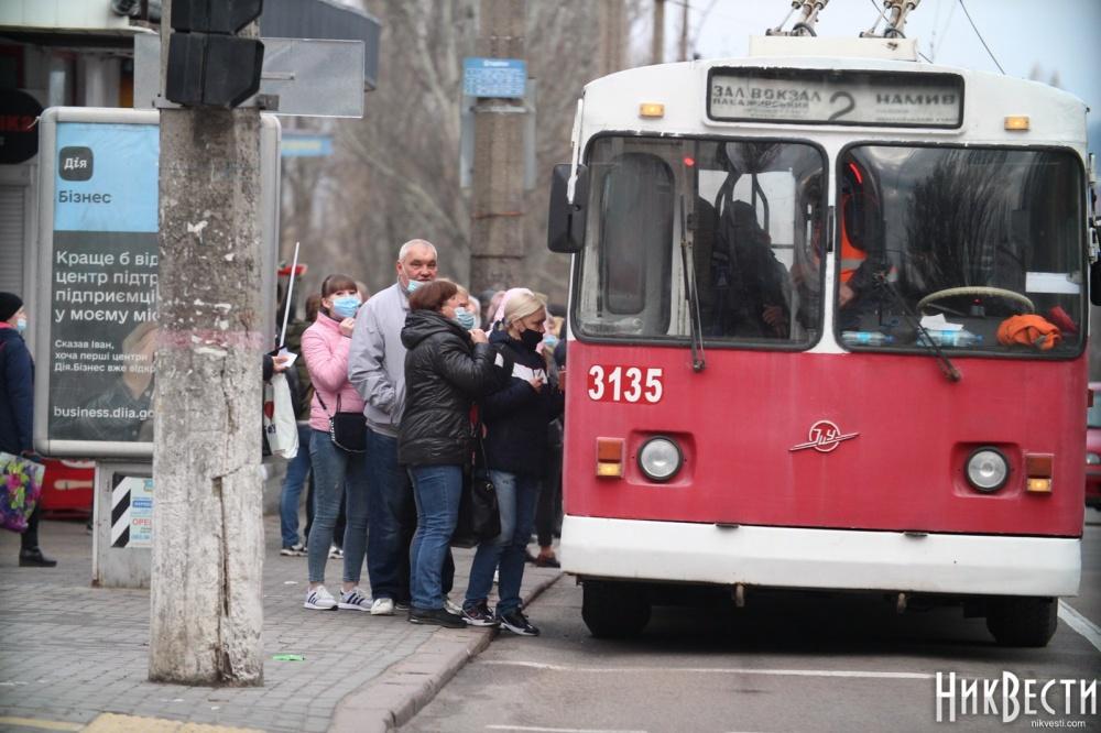 Транспортный локдаун в Николаеве: тысячи людей остались на остановках после завершения разрешенного времени работы общественного транспорта 3