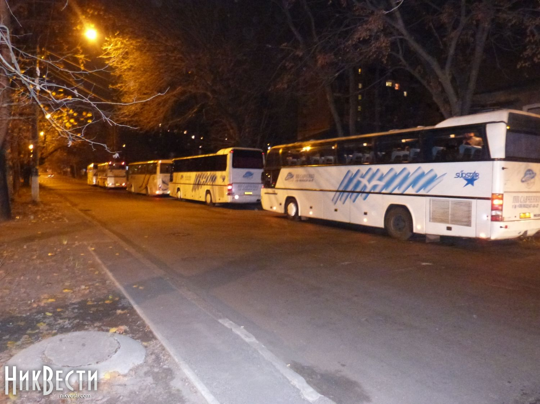 Корреспонденту также сообщили, что из Николаева в Киев сегодня отправляется  6 автобусов, каждый вместимостью по 50 человек. Таким образом, из Николаева  на ...
