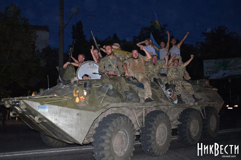 Николаев вышел встречать своих героев, десантников 79-й бригады, с цветами и флагами Украины - Цензор.НЕТ 795