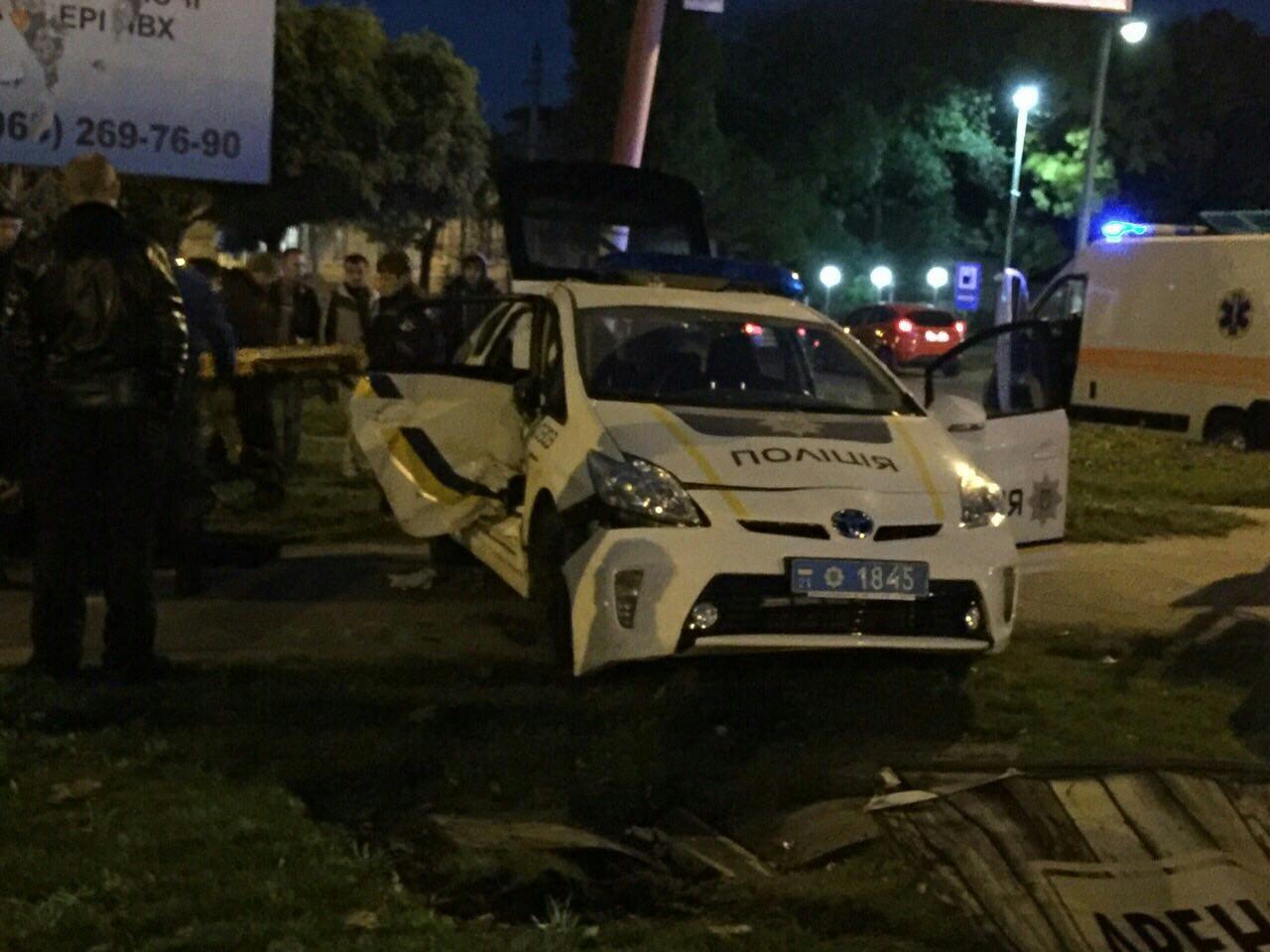 ДТП вНиколаеве: столкнулись полицейский автомобиль Тойота Prius ипикап Тоёта Hilux