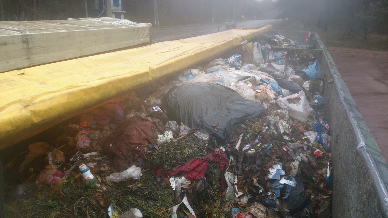 Полиция непустила вГлухов грузовики смусором изЗападной Украины