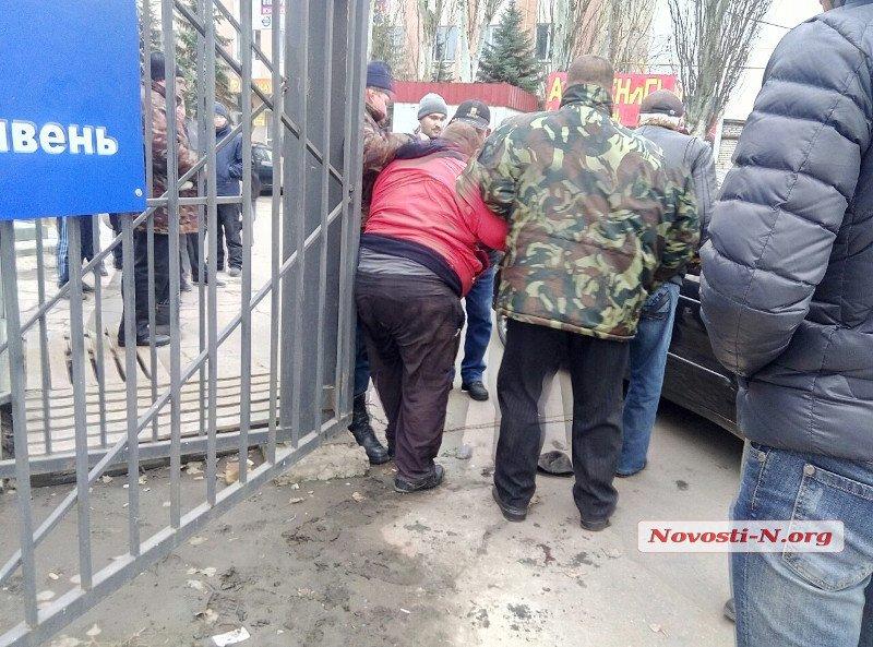 Два человека ранены в итоге стрельбы на автомобильном рынке вНиколаеве