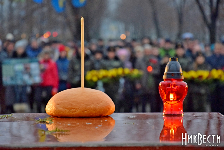 Президент вместе с женой почтили память жертв Голодомора