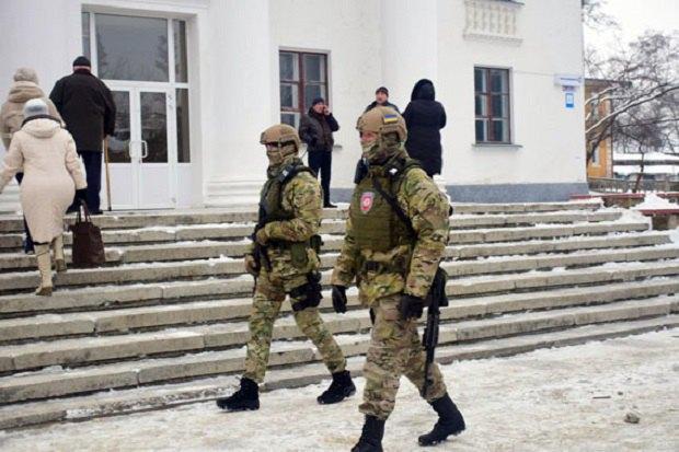 Наизбирательном участке вНиколаевке под Славянском появился конфликт между корреспондентами — милиция