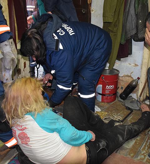 Cотрудники экстренных служб помогли жительнице Николаева, укоторой голова застряла между стенкой икотлом