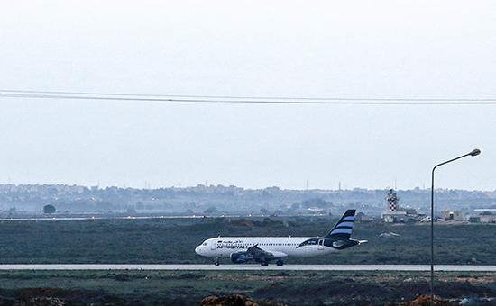 Захваченный самолет с118 людьми наборту сел наМальте