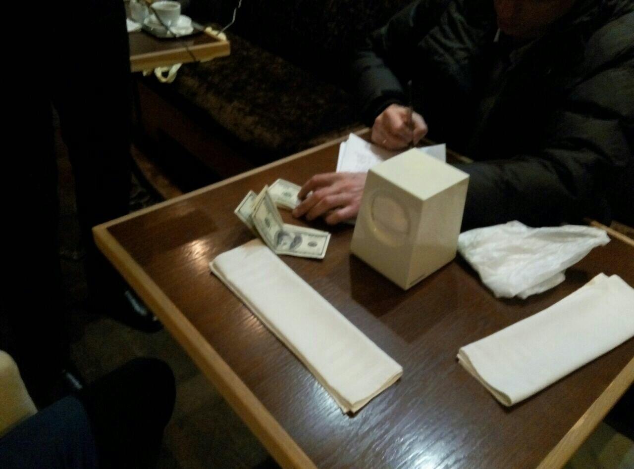 Предприниматель отложил 20 тыс. долларов на«подарок» следователю ипрокурору