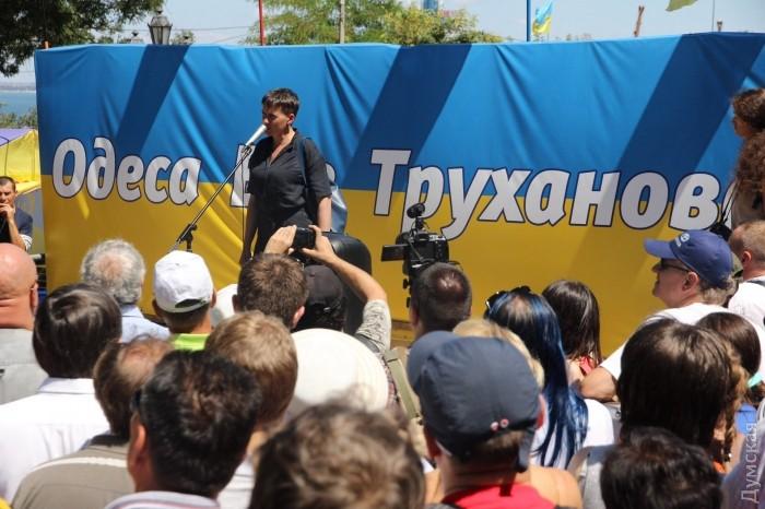 Савченко вОдессе пытались закидать яйцами