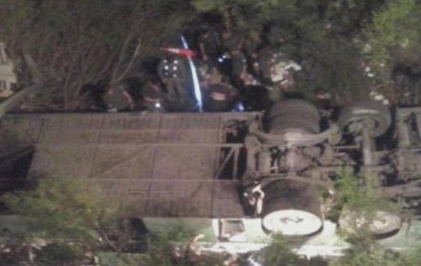В итоге падения автобуса собрыва вНепале погибли 25 человек