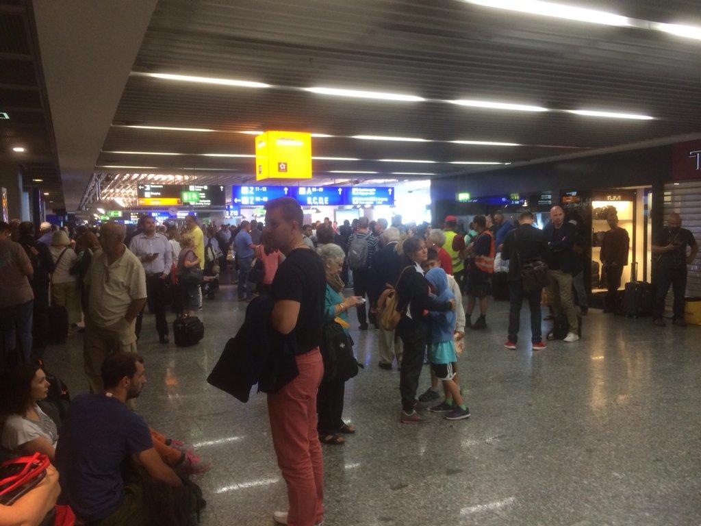 Предпосылкой эвакуации аэропорта воФранкфурте стал человек, не минувший досмотр сметаллоискателем