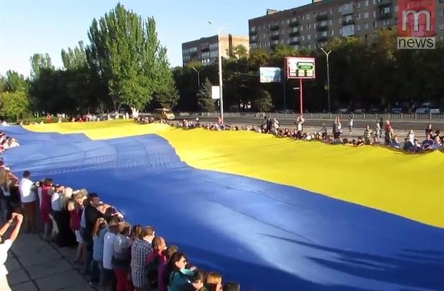 ВМариуполе развернули огромный флаг государства Украины