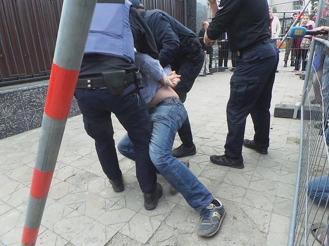 ВКиеве радикалы «обстреляли» посольство РФ фейерверками, размещены фото ивидео