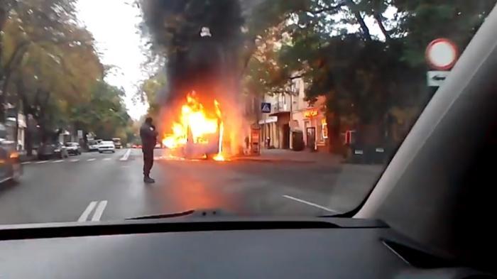 Вцентре Одессы впериод движения загорелась маршрутка