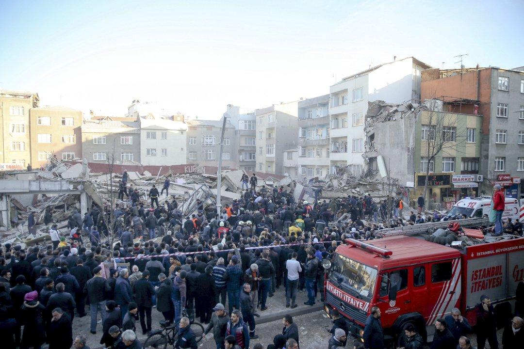 При обрушении здания вСтамбуле умер прохожий