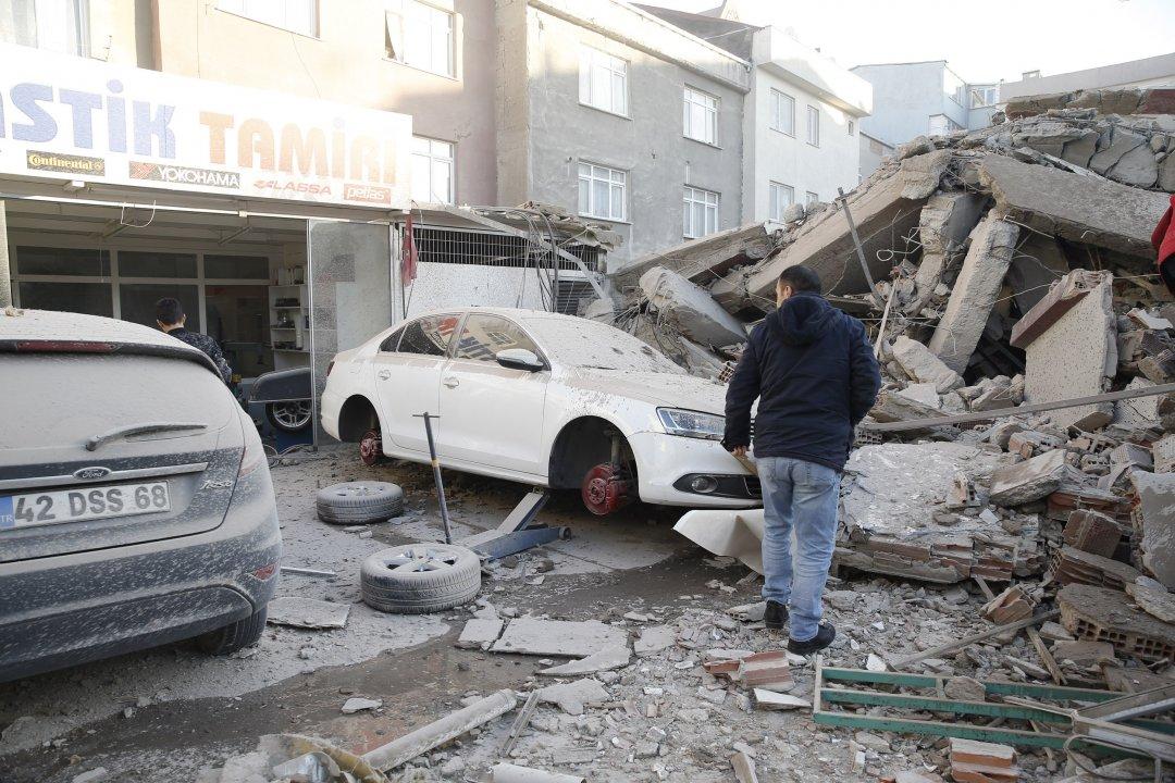 В результате обрушения здания в Стамбуле погибли два человека