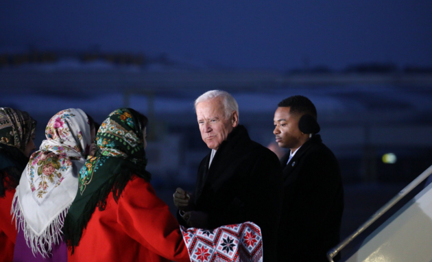 Фото расплакавшего вице-президнета Джо Байдена стало интернет-мемом
