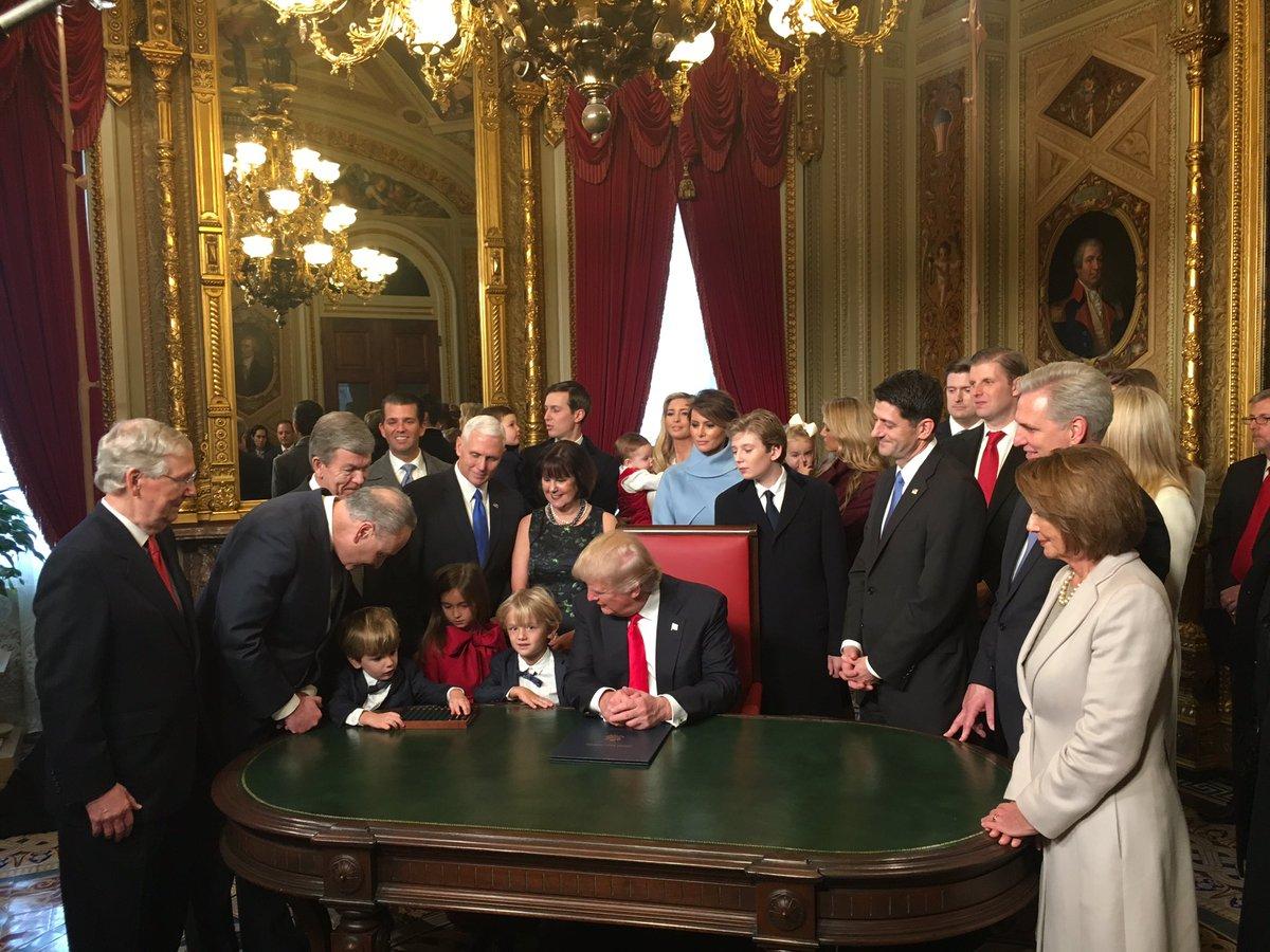 Трамп подписал первые свои указы напосту 45-го президента США— Исторический момент