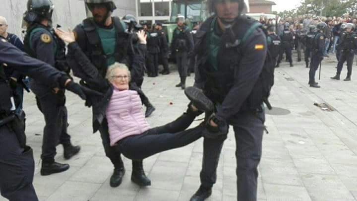 Неменее 760 человек пострадали при столкновении сполицейскими вКаталонии
