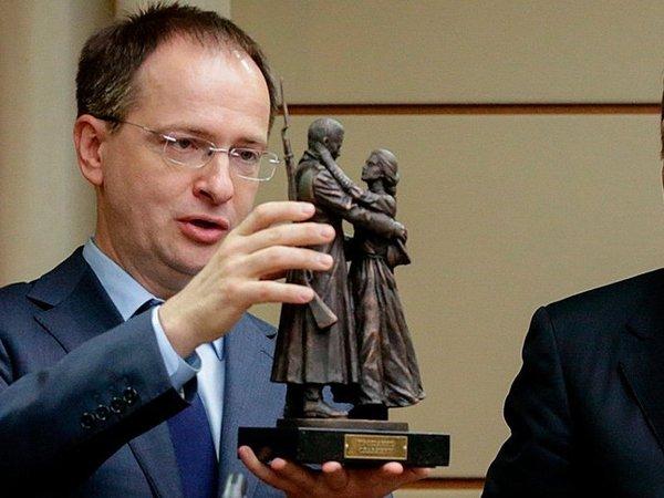 Песков объявил, что тема диссертации Мединского некасается Кремля
