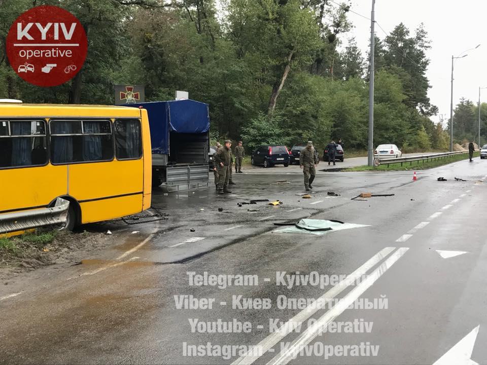 Под Киевом автобус Нацгвардии столкнулся с пассажирским автобусом, погиб военный