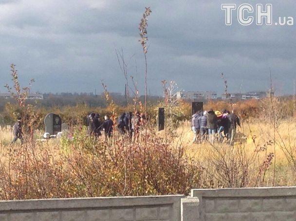 Появились кадры закрытых похорон Окуевой— Автоматчики изабор
