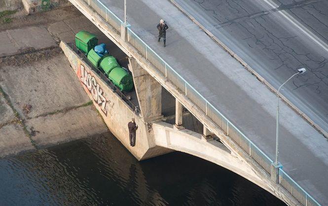 Наодном измостов через Русановский канал вКиеве отыскали повешенного человека
