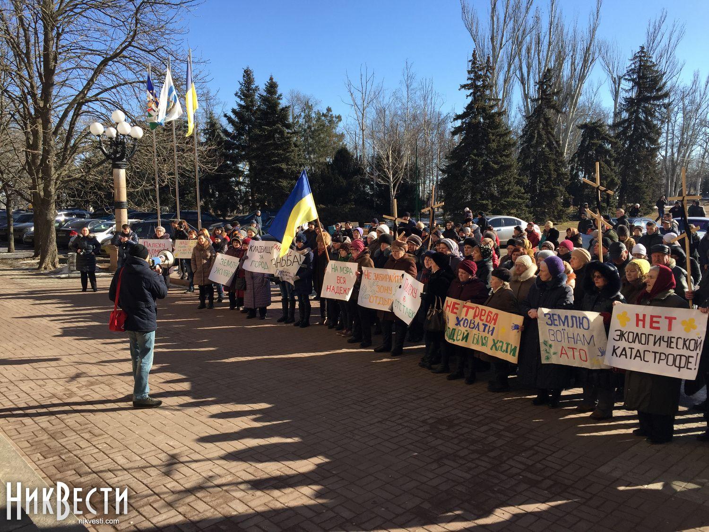 Граждане Николаева смогильными крестами вышли кгорсовету— протестуют против кладбища