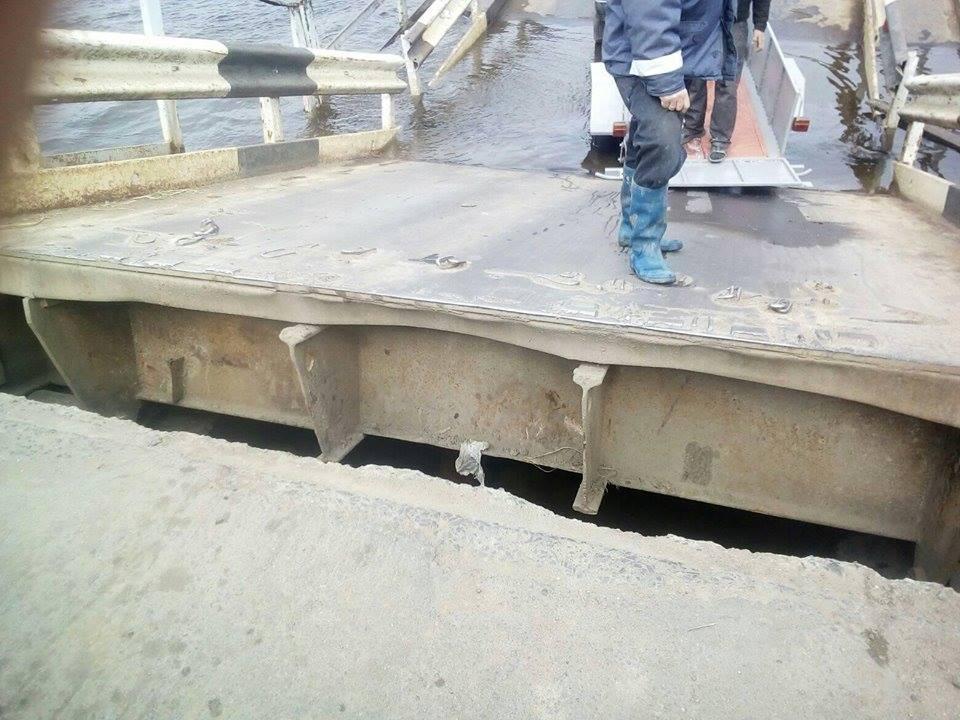 Под Николаевом спасателям удалось поднять «утонувший» вреке Ингул понтонный мост