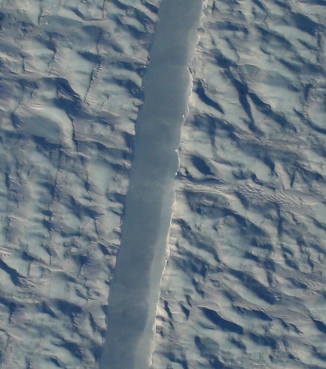 NASA показало гигантскую трещину в одном из крупнейших ледников Гренландии