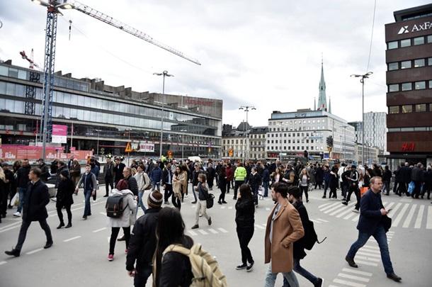 Размещены кадры грузового автомобиля, въехавшего втолпу людей вСтокгольме