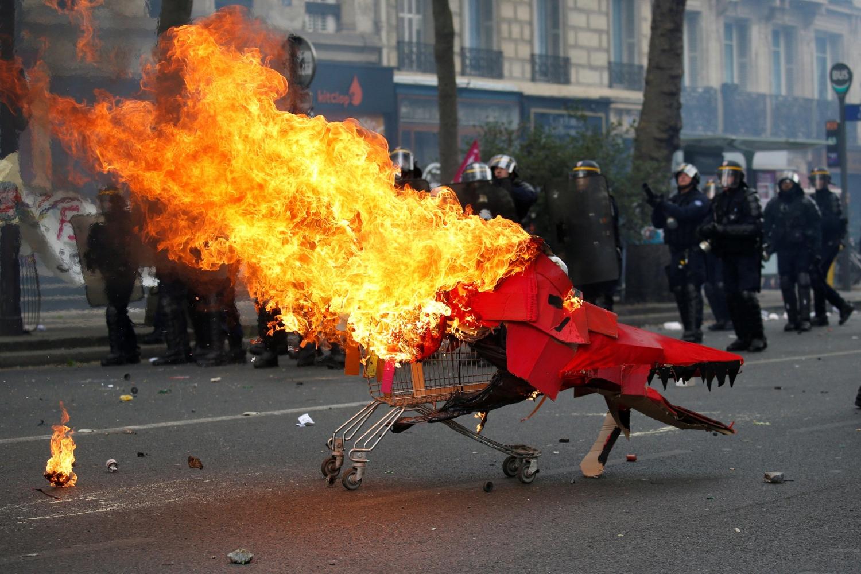 Напервомайском шествии встолице франции вспыхнули беспорядки