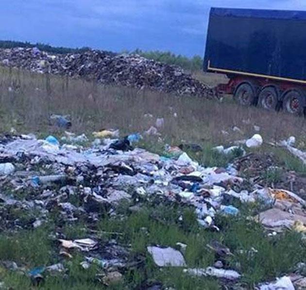ВКиевской области здешние граждане заблокировали грузовые автомобили смусором изЛьвова