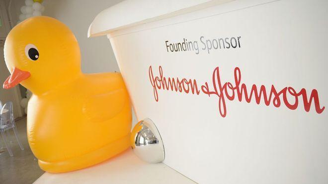 Суд обязал Johnson & Johnson выплатить $110 млн заболевшей раком женщине
