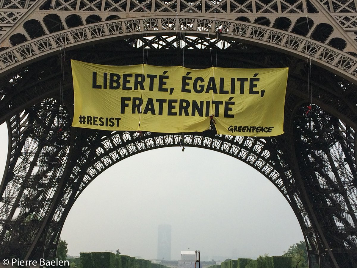 Greenpeace «украсил» Эйфелеву вышку баннером против ЛеПен