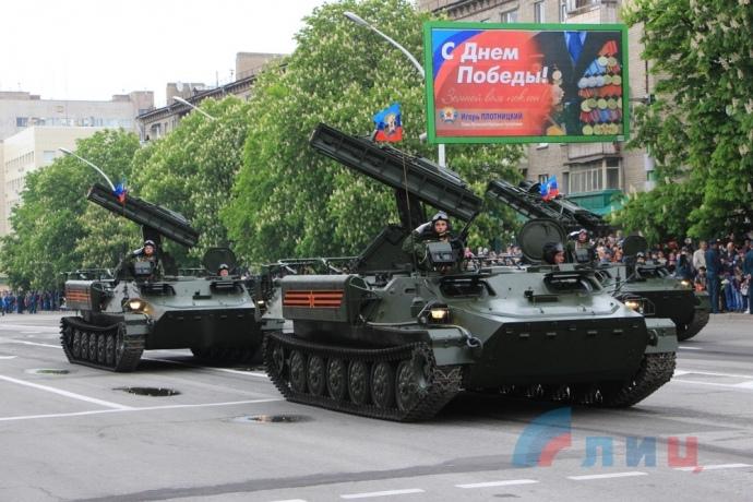 ВЛуганске прошел парад Победы сучастием военной техники