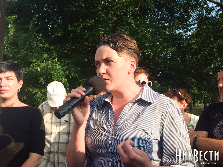 Надежду Савченко забросали яйцами вНиколаеве вгосударстве Украина