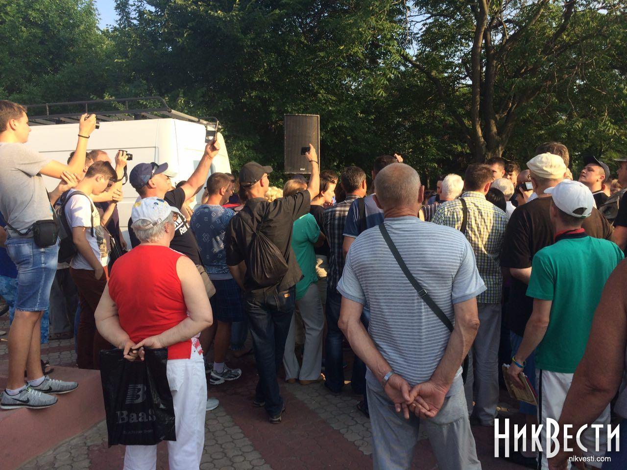 ВНиколаеве забросали яйцами народного депутата Надежду Савченко