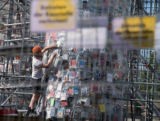 Скульптор вГермании создала храм из100 книжек, которые запрещала цензура