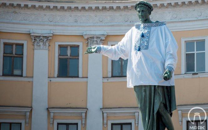 Монумент Дюку вОдессе нарядили ввышиванку сякорями
