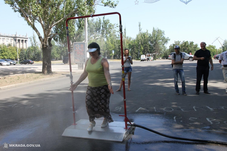 ВНиколаеве из-за жары установили рамку сраспылителем воды для охлаждения городских жителей