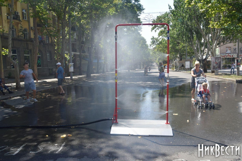 Вцентре Николаева из-за жары установили распылитель сводой