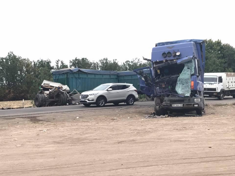 Под Николаевом столкнулось три фургона: умер один изводителей