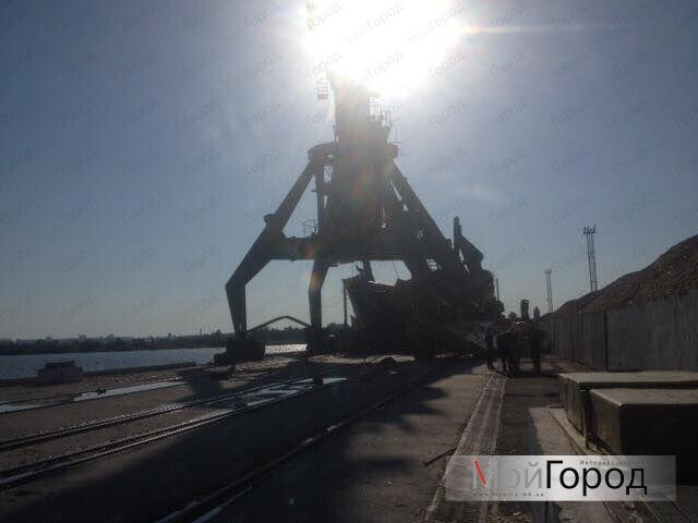 На Николаевщине из-за разгула стихии рухнули два портальных крана: фото ЧП