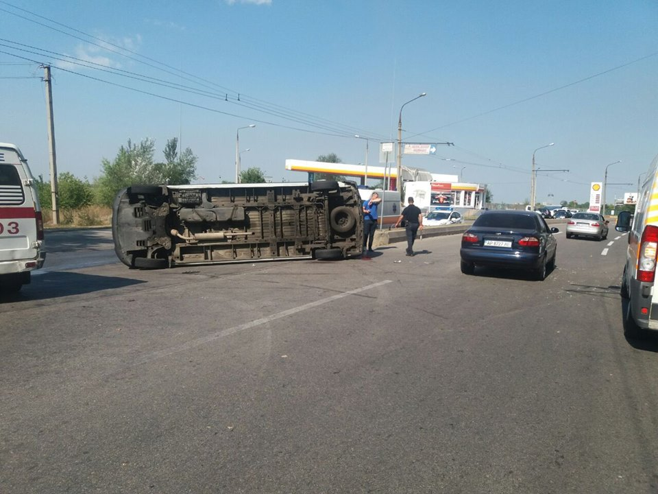 ДТП смаршруткой вЗапорожье: перевернутое авто идесять пострадавших