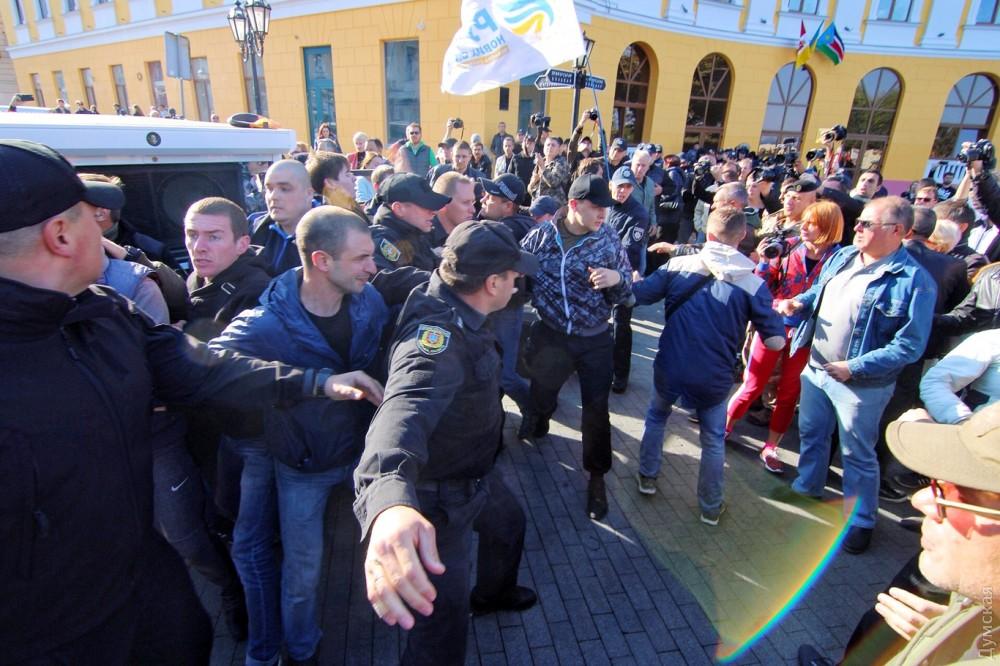 ВОдессе к монументу Дюку прибыли сторонники ипротивники Саакашвили
