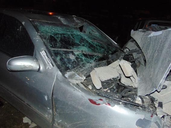 ВРовно нетрезвый шофёр Mercedes протаранил забор и сломал 25 авто