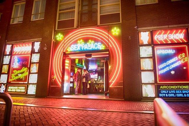Власти Амстердама с апреля ужесточат правила в популярном среди туристов «квартале красных фонарей»