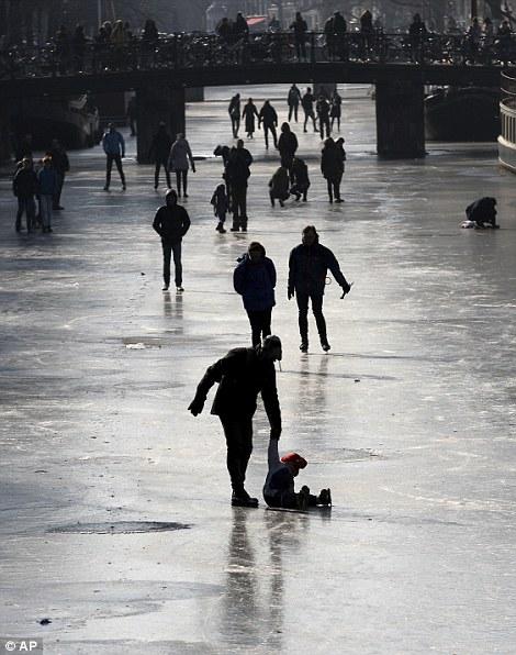 Редкое явление вАмстердаме: впервый раз за пару лет замерзли каналы