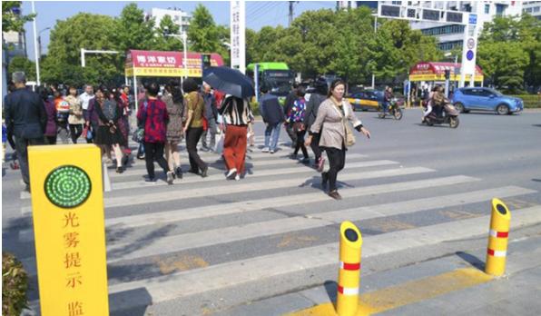 Китайских пешеходов будут обливать водой запереход накрасный свет